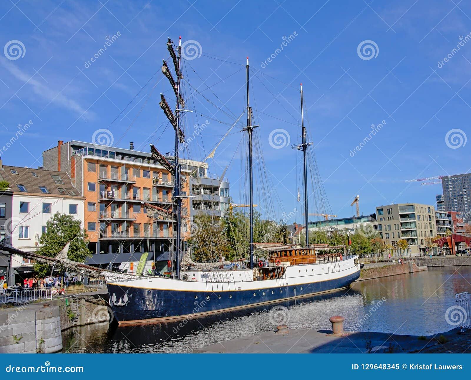 Barco de navigação em uma doca na cidade de Antuérpia