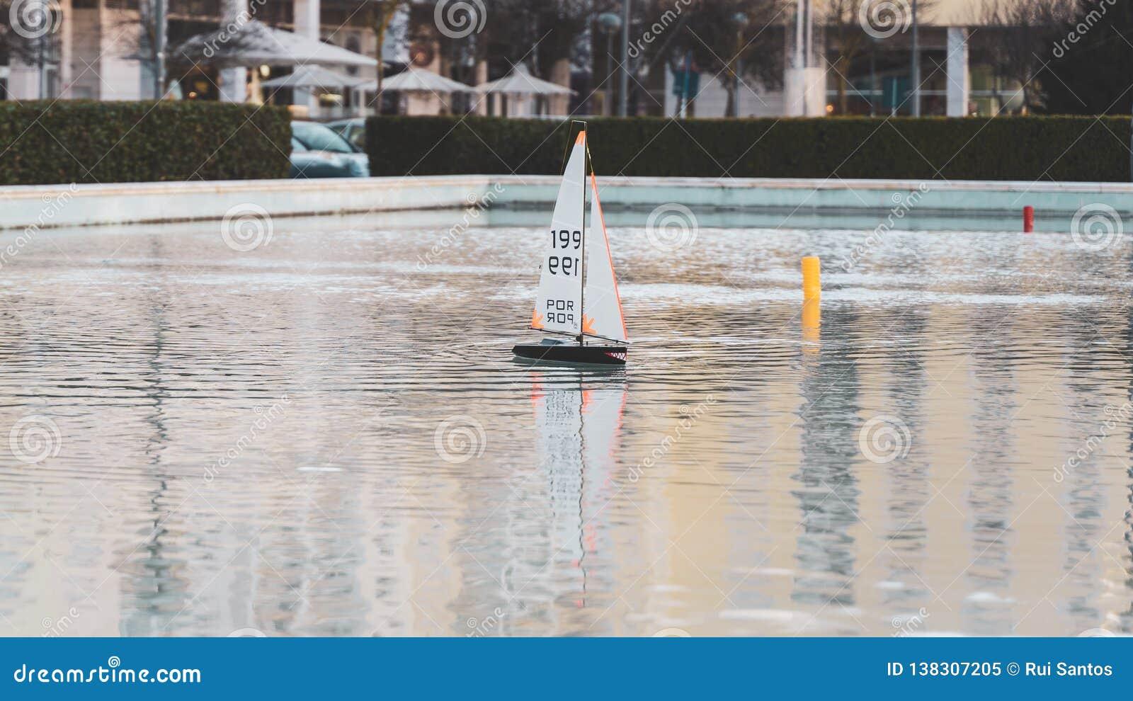 Barco de navigação pequeno do brinquedo com os dentes assustadores tubarão-como a textura Mini iate de madeira do barco de vela d