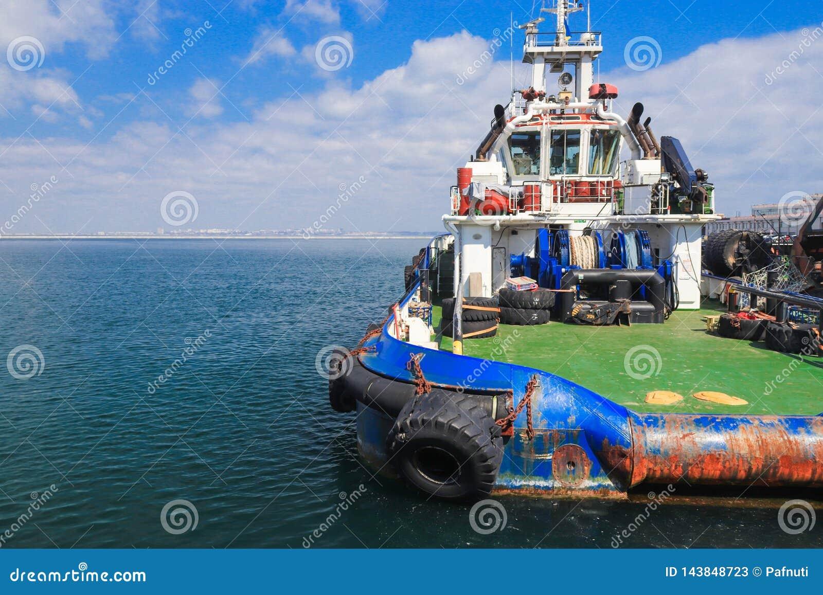 Barco de OSV, suporte a pouca distância do mar da embarcação da fonte amarrado no porto