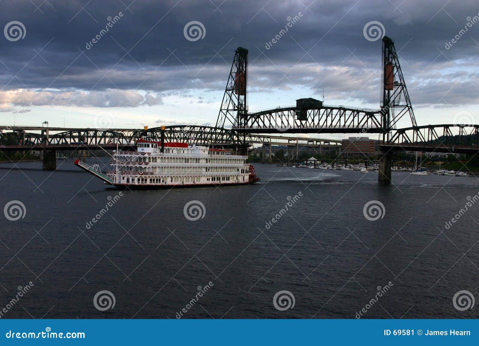 Barco de pá que sae da ponte