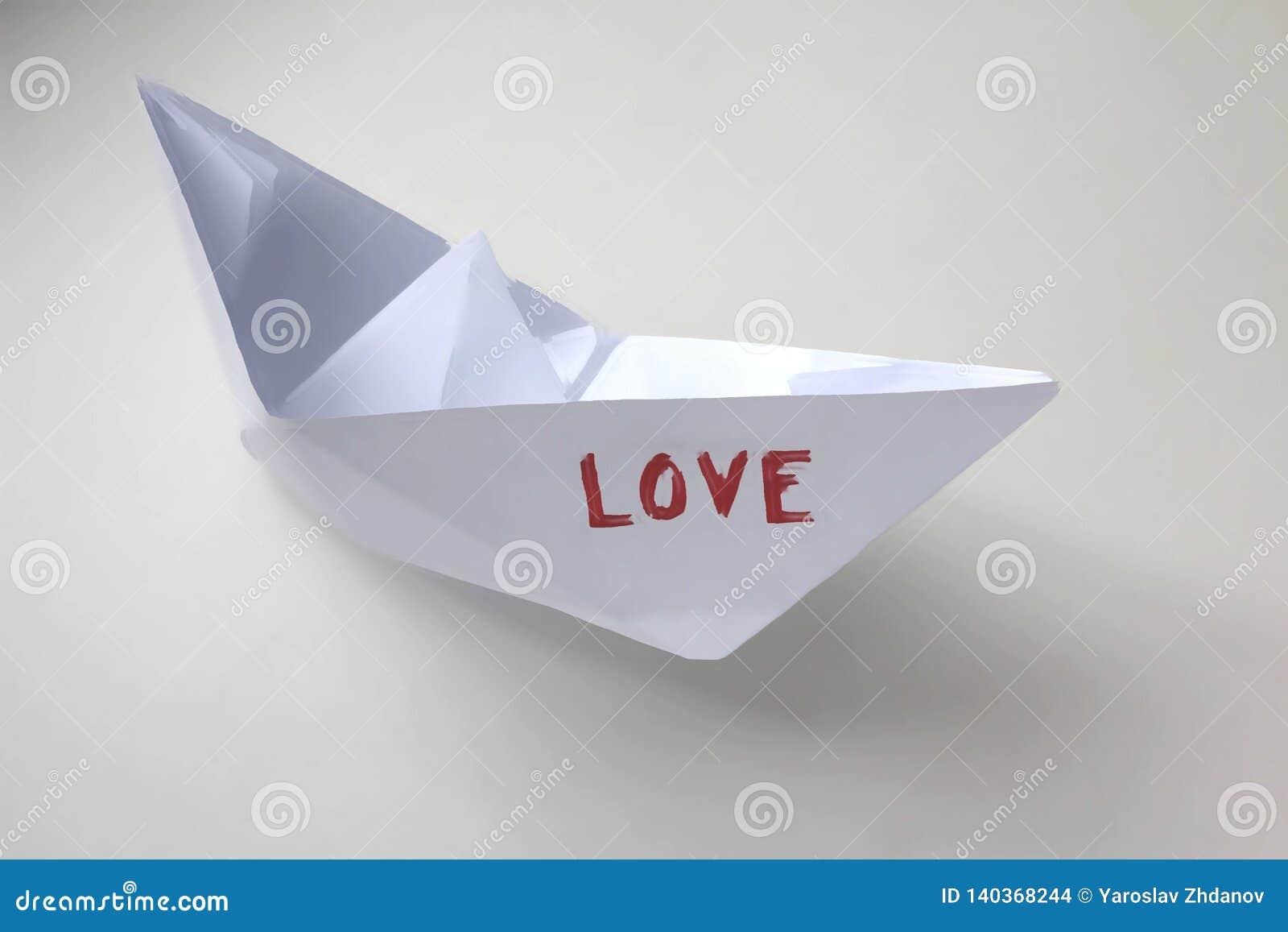 Barco de papel con la palabra 'amor '