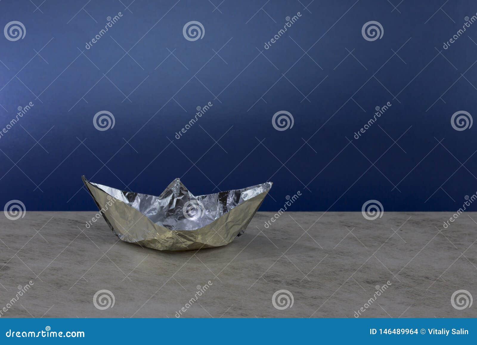 Barco de papel hecho del papel de aluminio