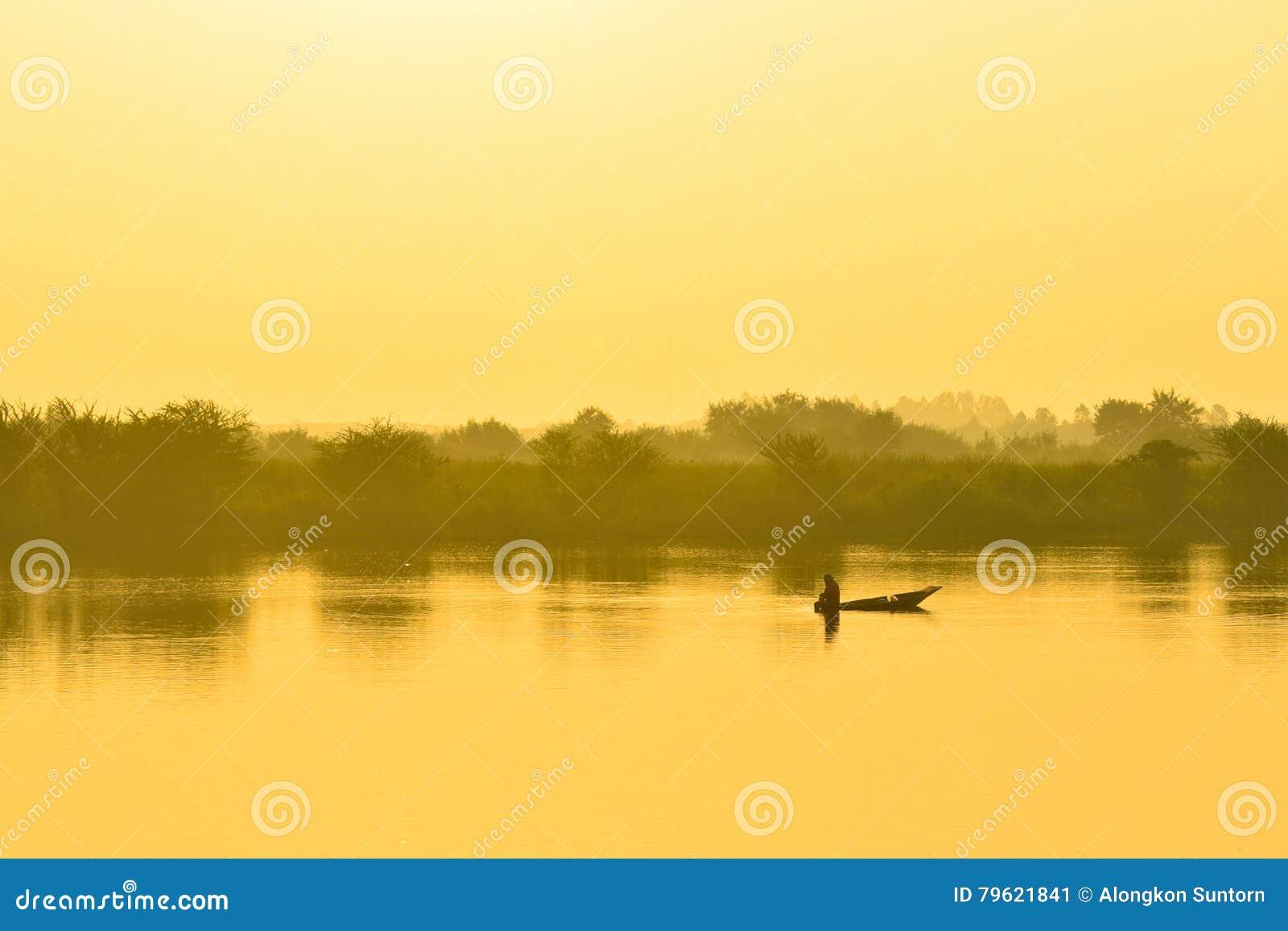 Barco de pesca dos pescadores na manhã