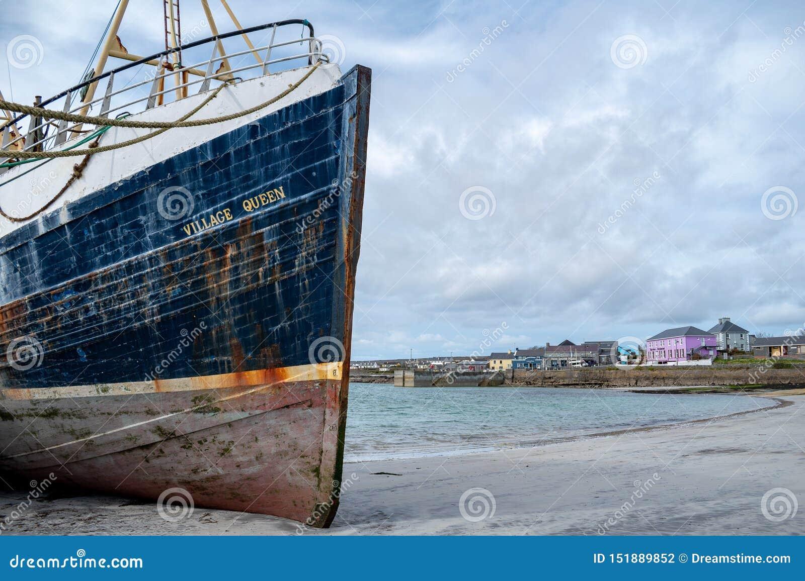 Barco de pesca em uma cidade pequena