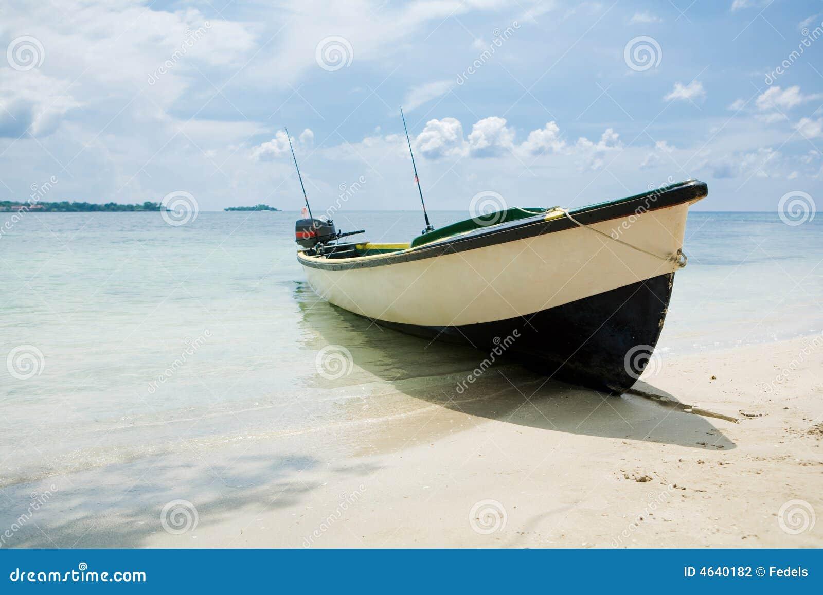 Barco de pesca em uma praia