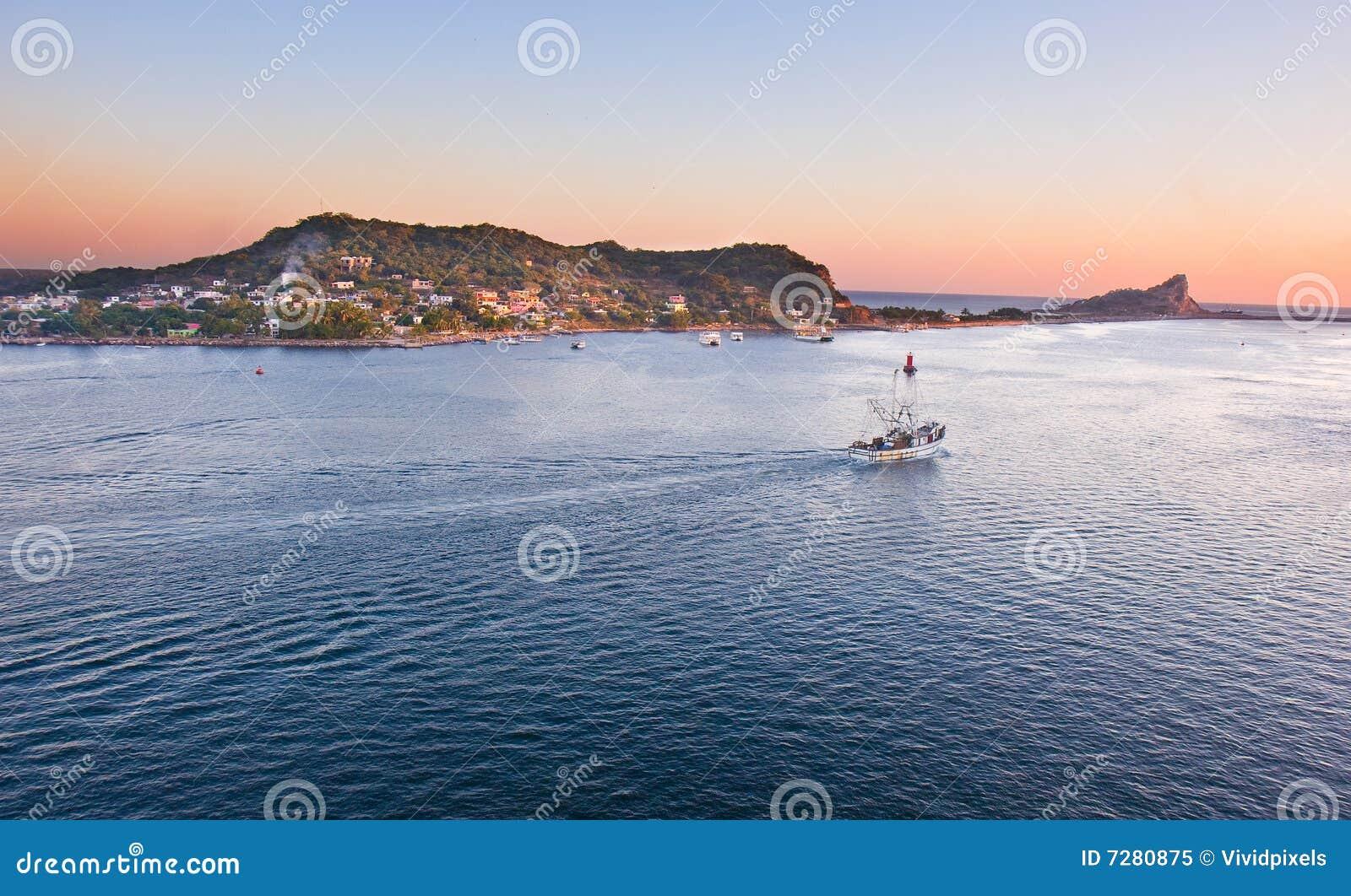 Barco de pesca en Mazatlan que dirige hacia fuera al mar