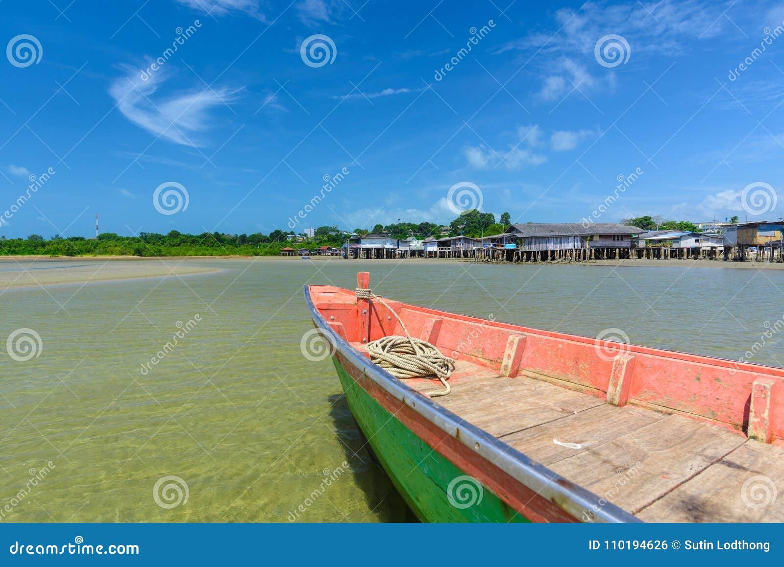 Barco de pesca estacionado no beira-mar