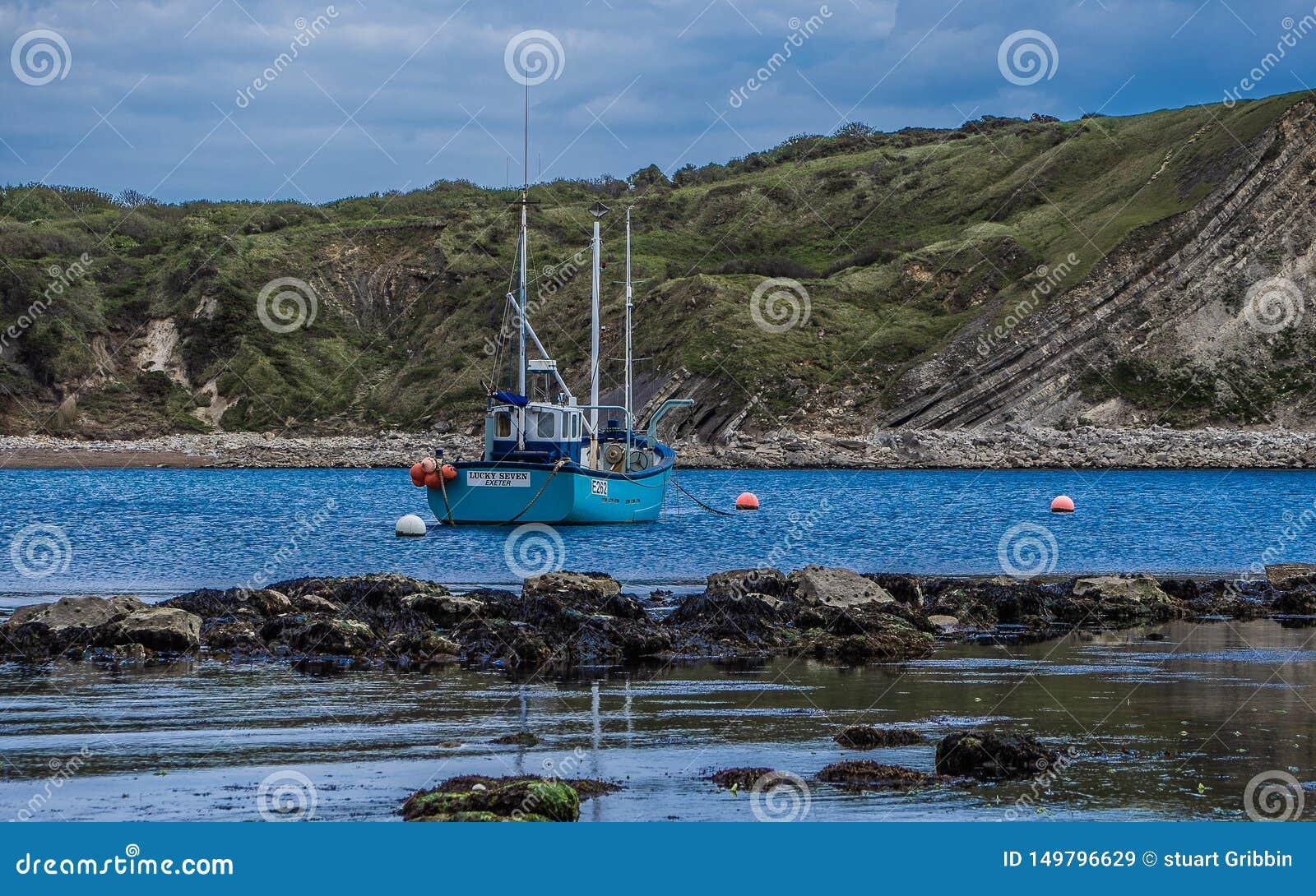 Barco de pesca de la ensenada de Lulworth en descanso