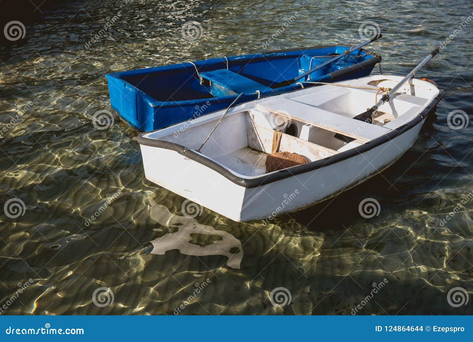 Barco de pesca de madeira sem motor