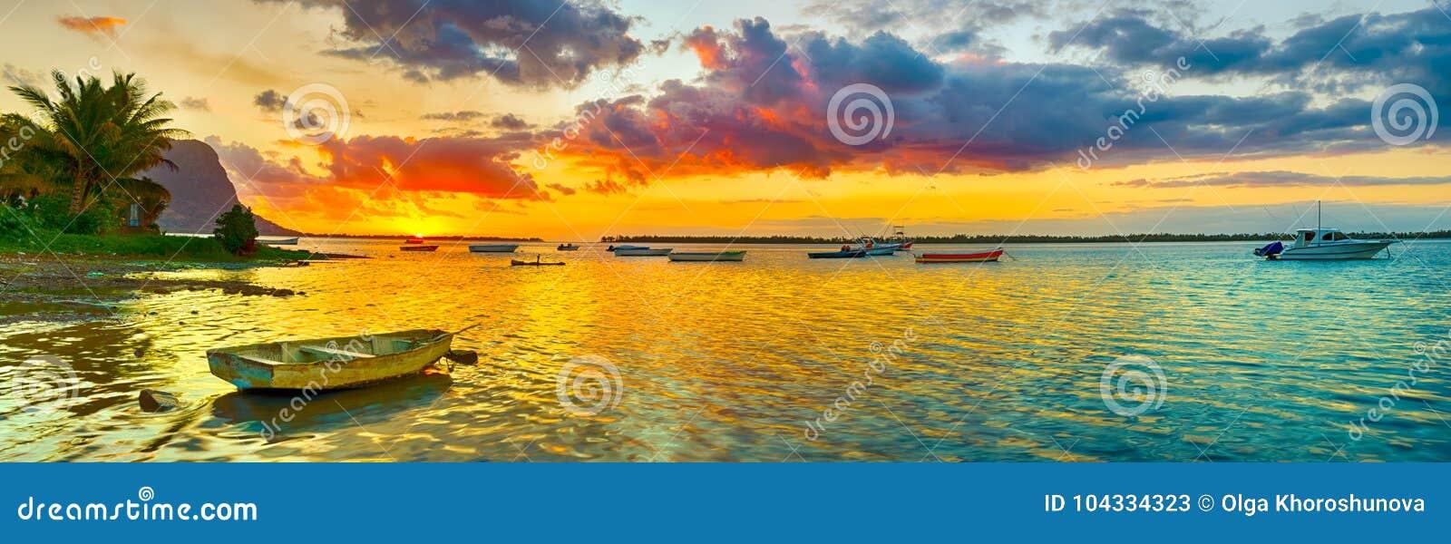 Barco de pesca no tempo do por do sol Le Amanhecer Brabante no fundo Pano