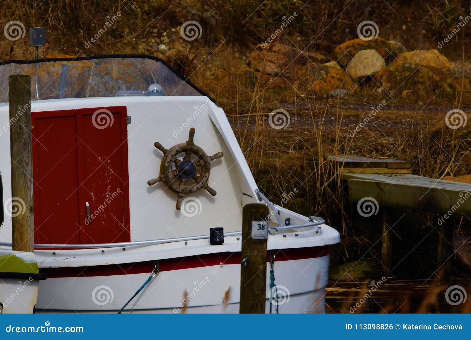 Barco de pesca pequeno em Lammefjord Dinamarca