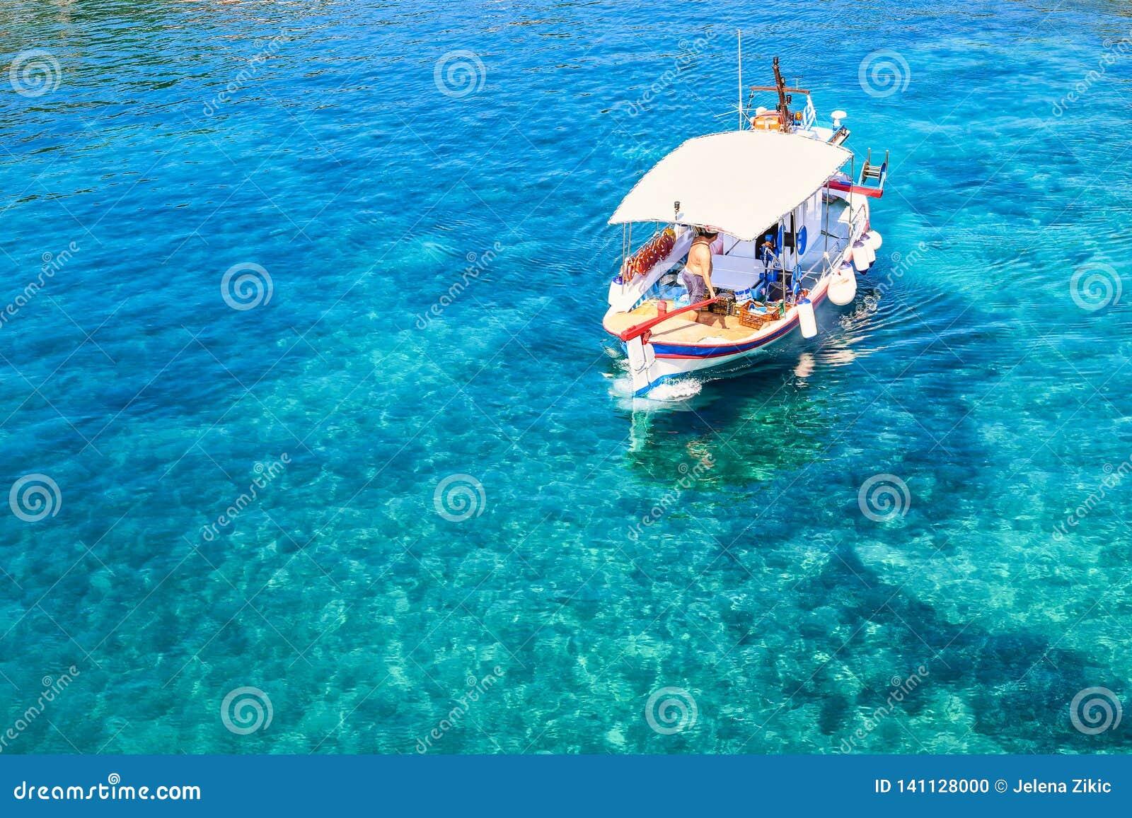 Barco de pesca pequeno na água claro