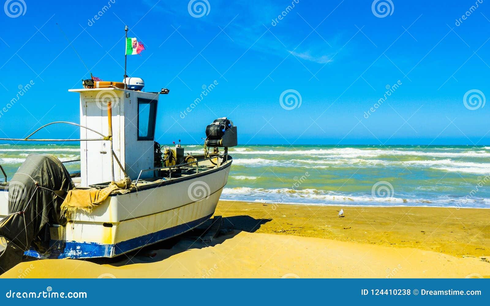 """Barco de pesca por foto del †del mar """"en la tormenta, Pescara, región de Abruzos, Italia"""