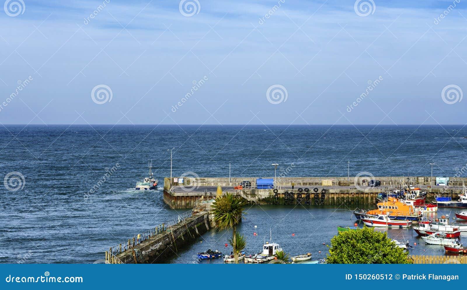 Barco de pesca que sale del barco del puerto