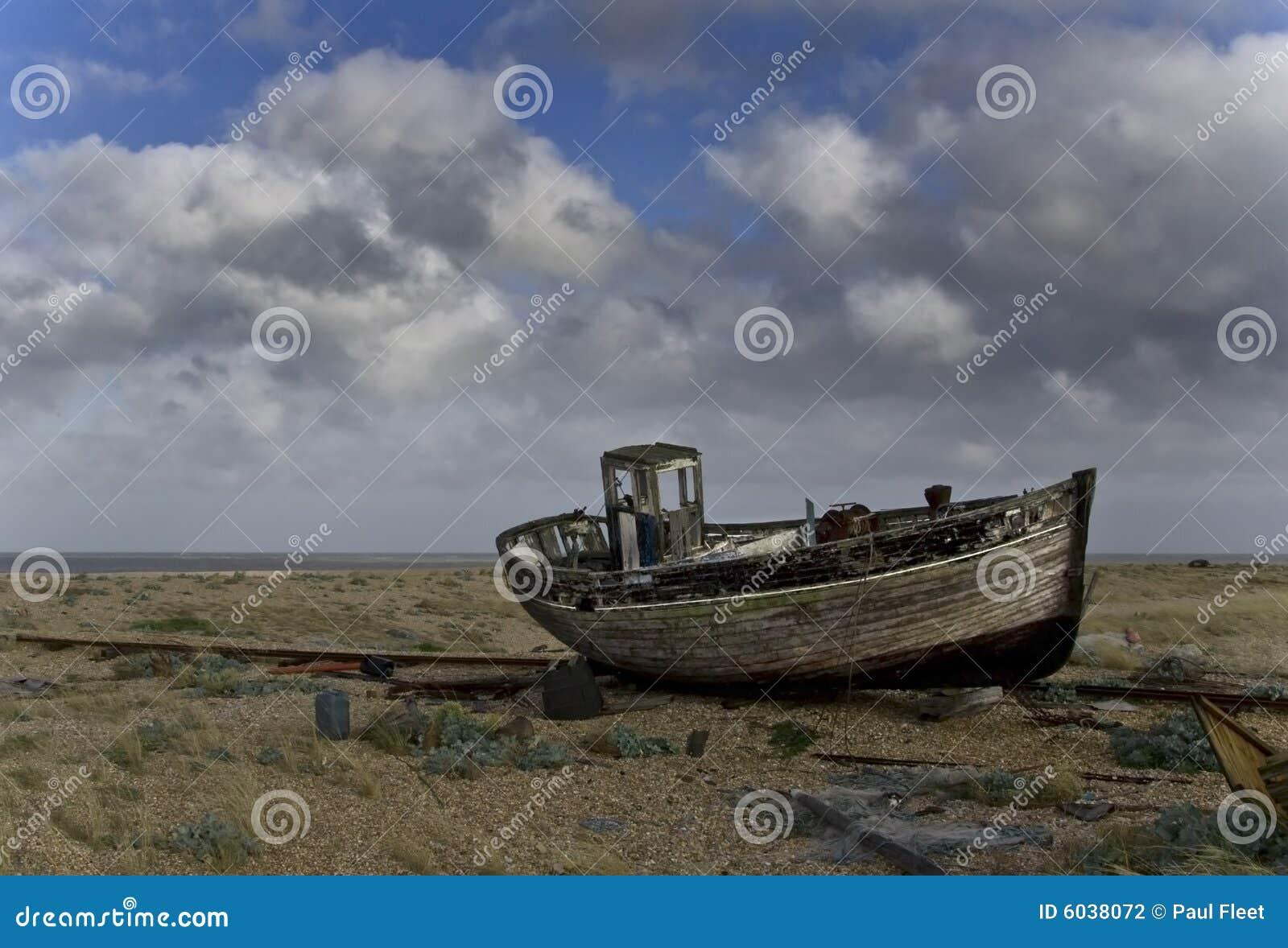Barco de pesca velho dividido