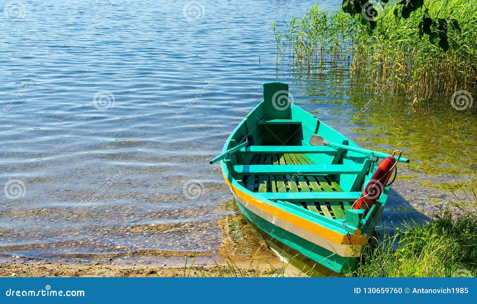 Barco de pesca verde colorido con las paletas