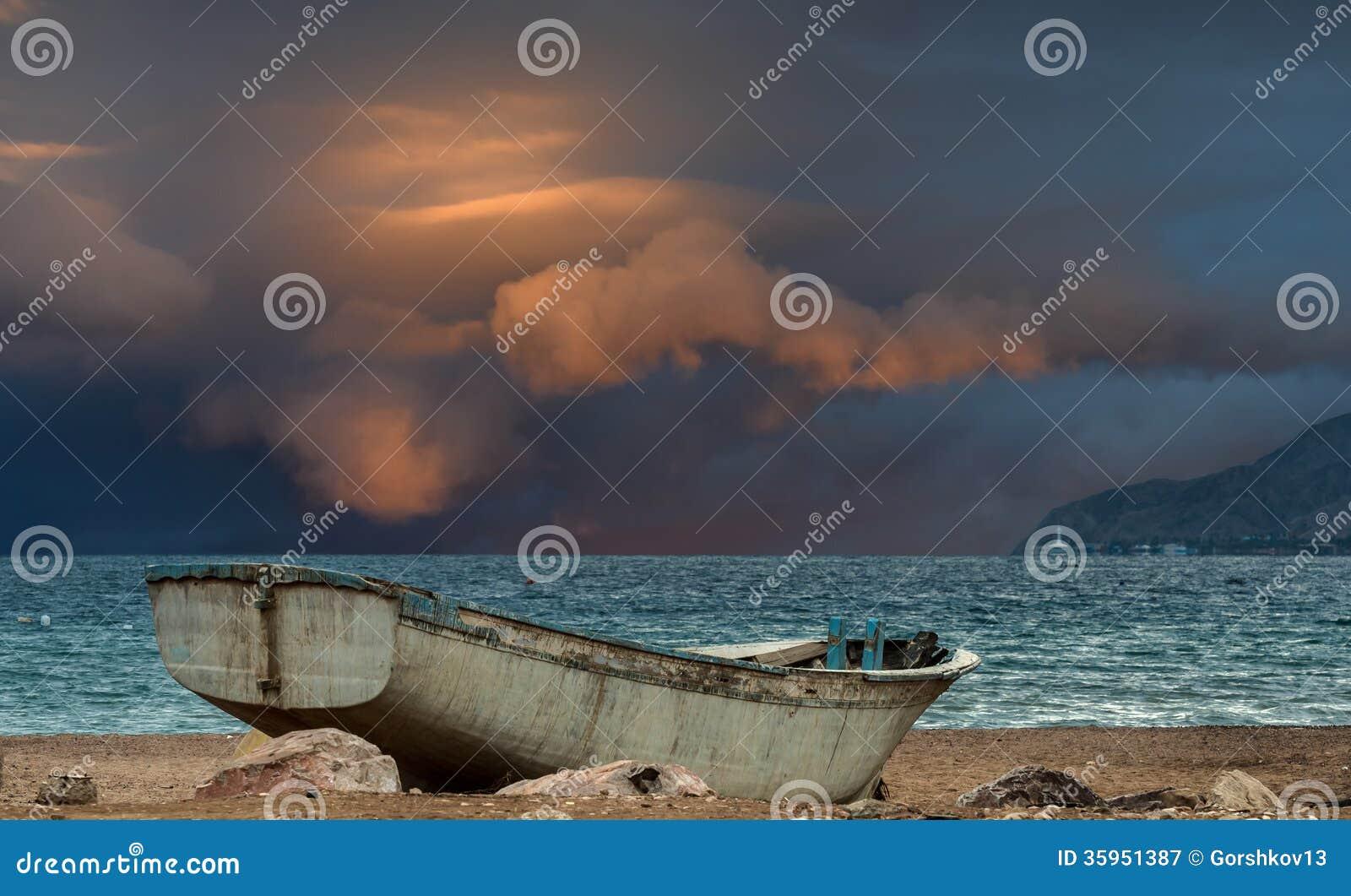 Barco de pesca viejo en el Mar Rojo