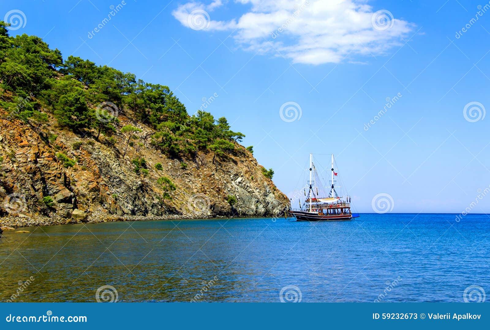 Barco de placer en el ancla La bahía de Phaselis Turquía
