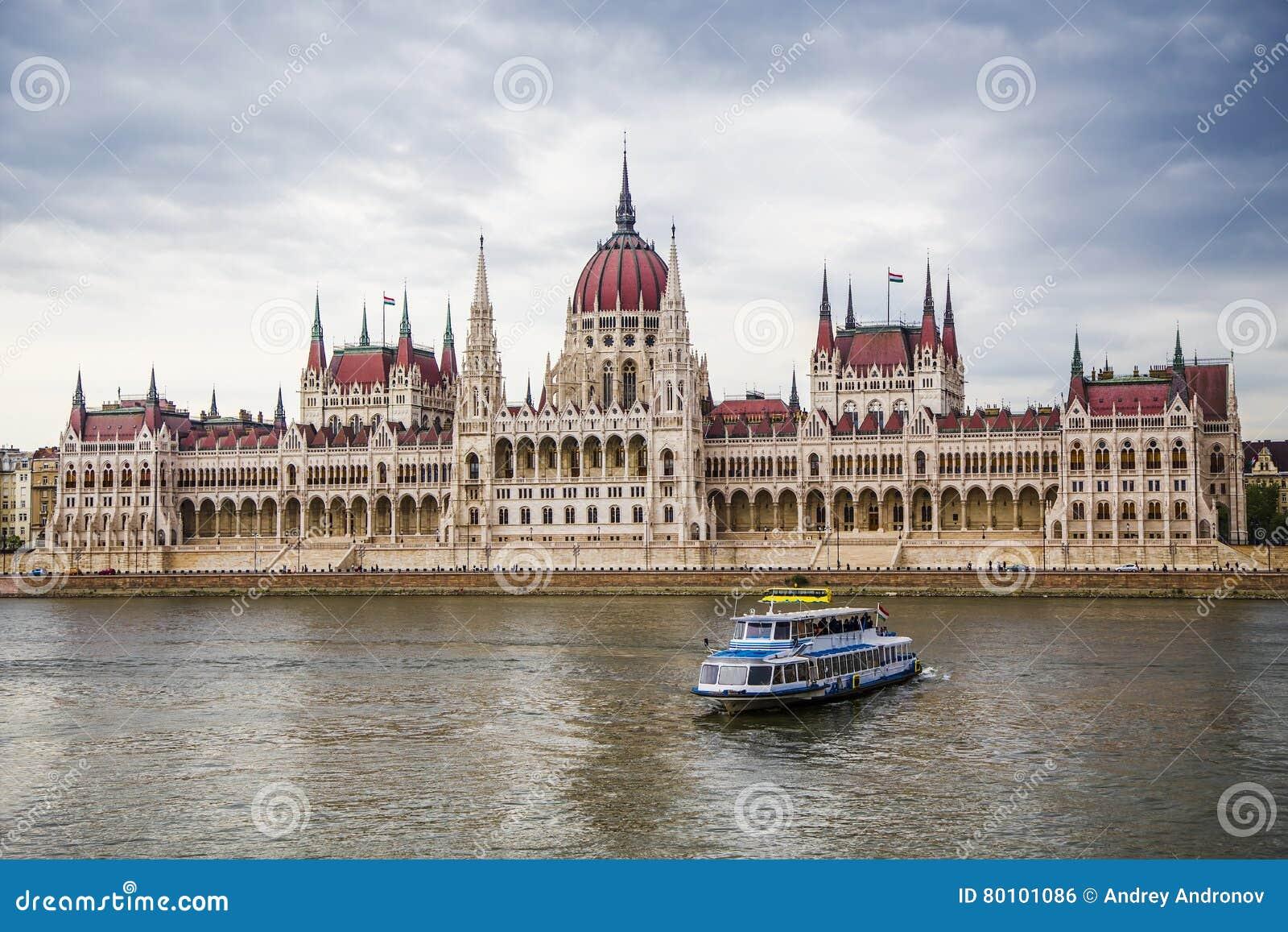Barco de prazer de Danube_ e o parlamento húngaro