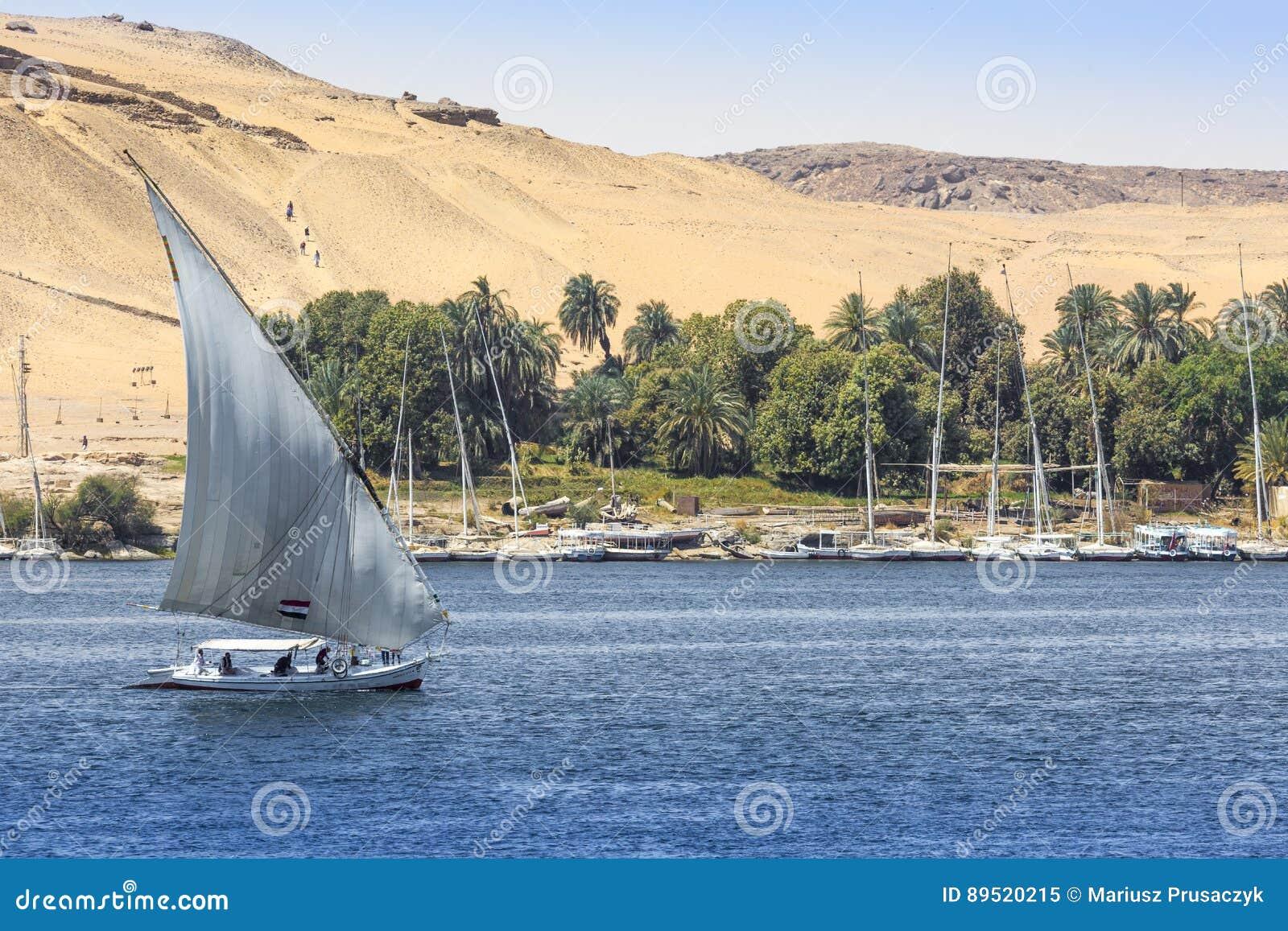 Barco de rio de Felucca no Nilo, com o Sahara atrás em Aswa