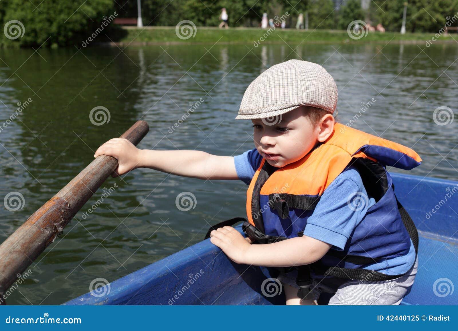 Barco de rowing del muchacho