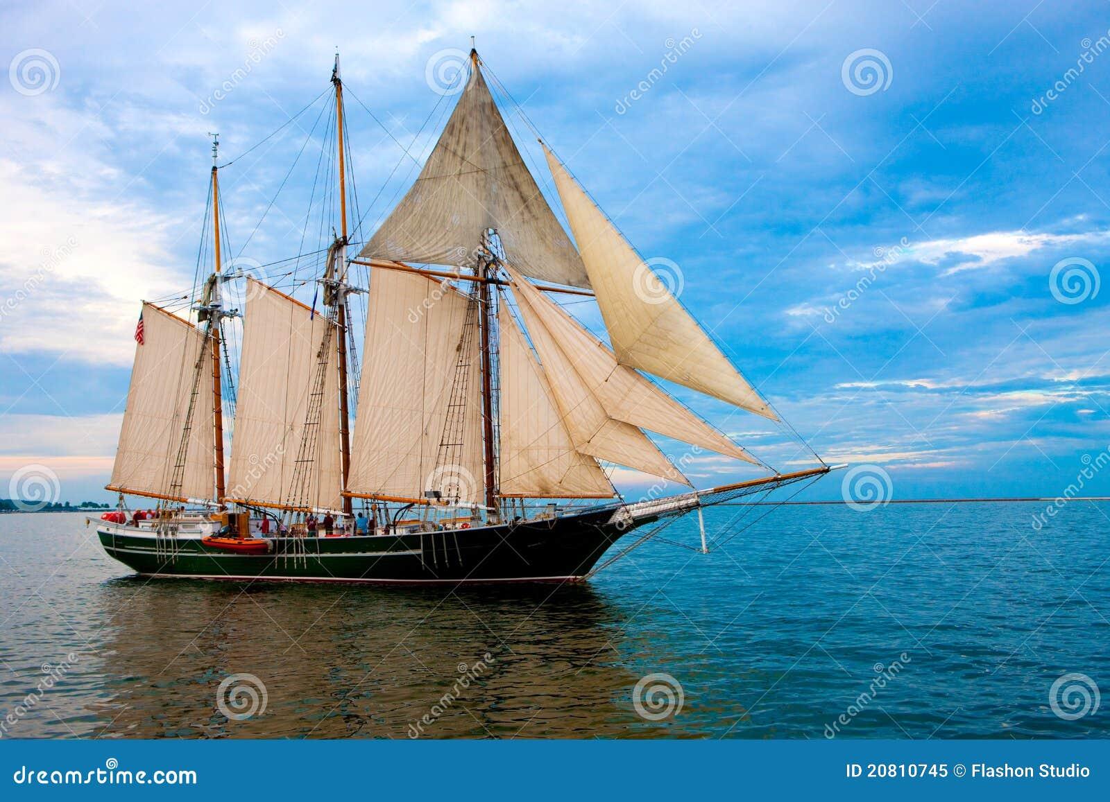 Barco de vela do estilo velho perto do porto