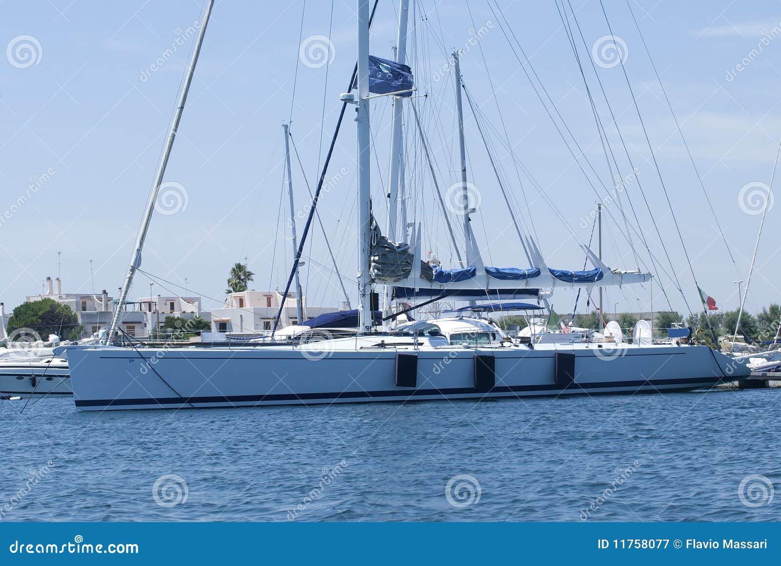 Barco de vela en el embarcadero