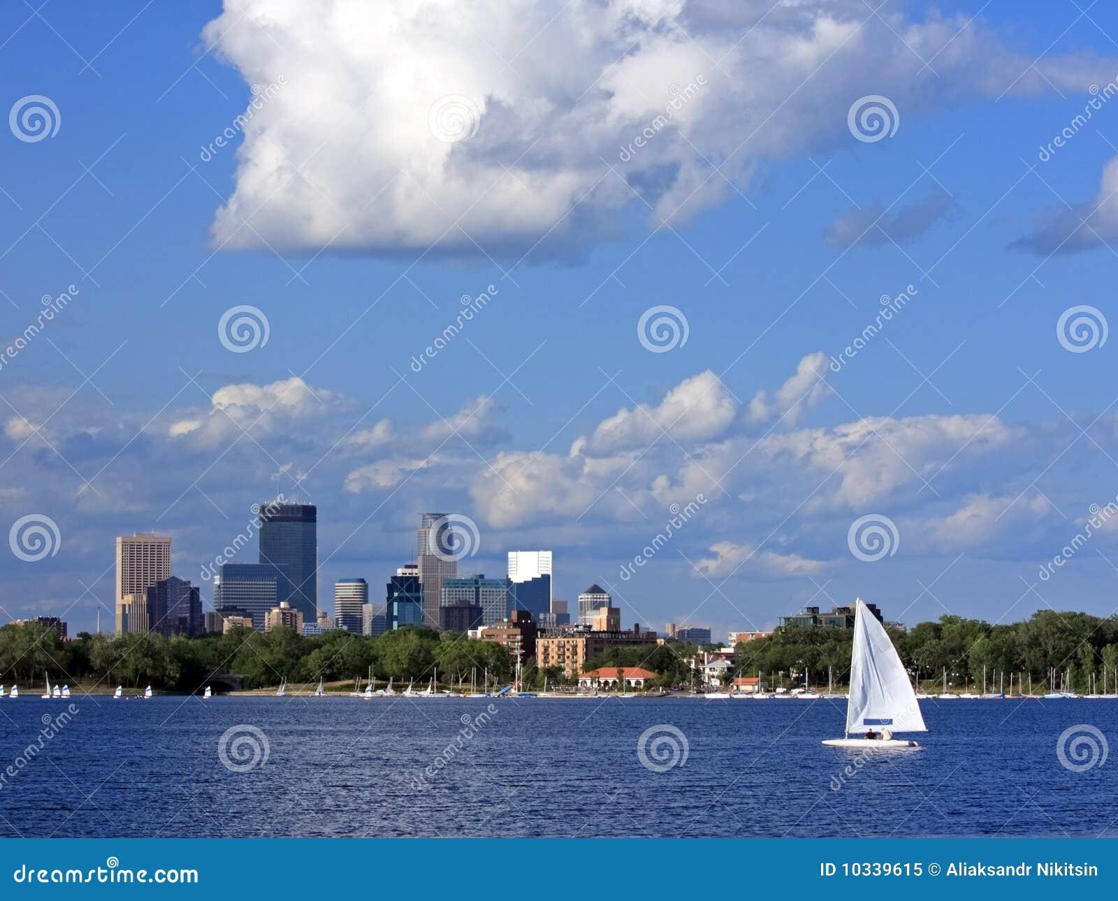 Barco de vela en el lago Calhoun en Minneapolis