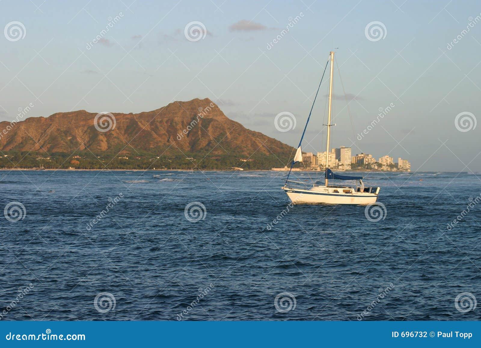 Barco de vela y pista del diamante