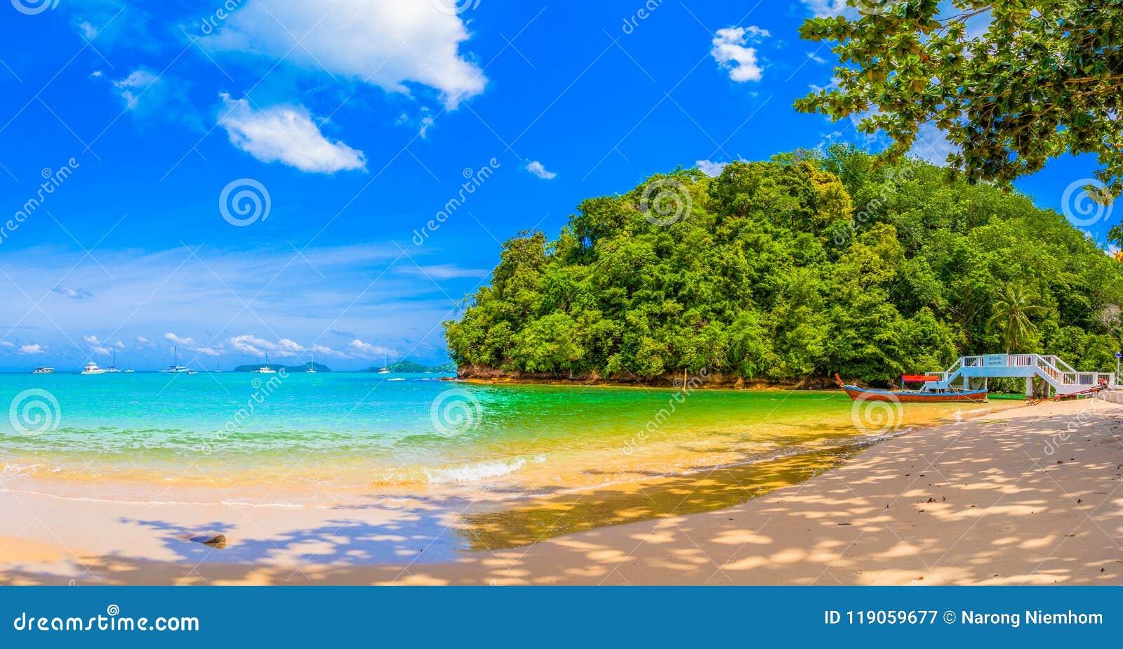 Barco do longtail na praia pequena no Ao Yon