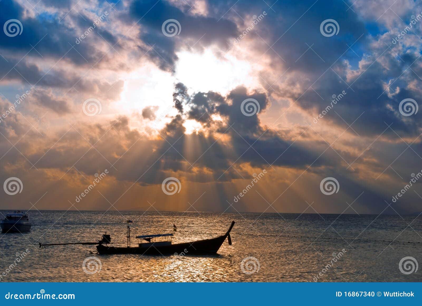 Barco dos peixes no nascer do sol