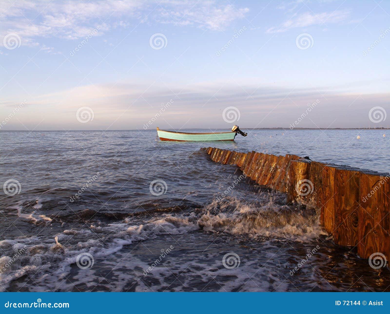 Barco e quebra-mar