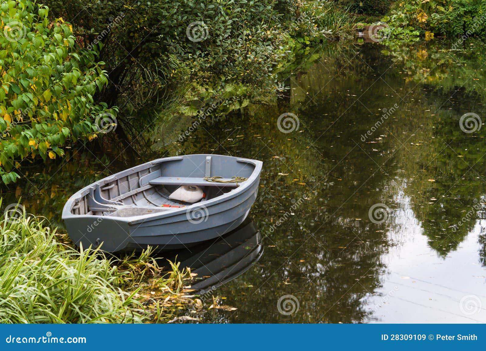 Barco em uma lagoa