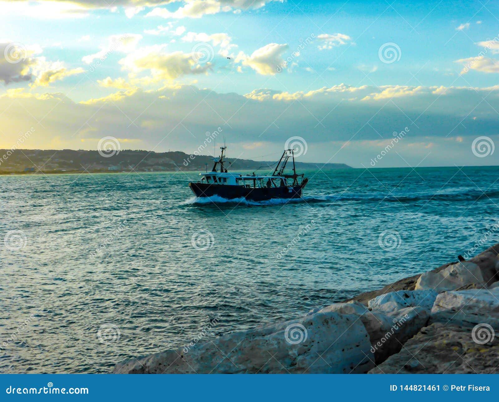 Barco en el mar en Italia