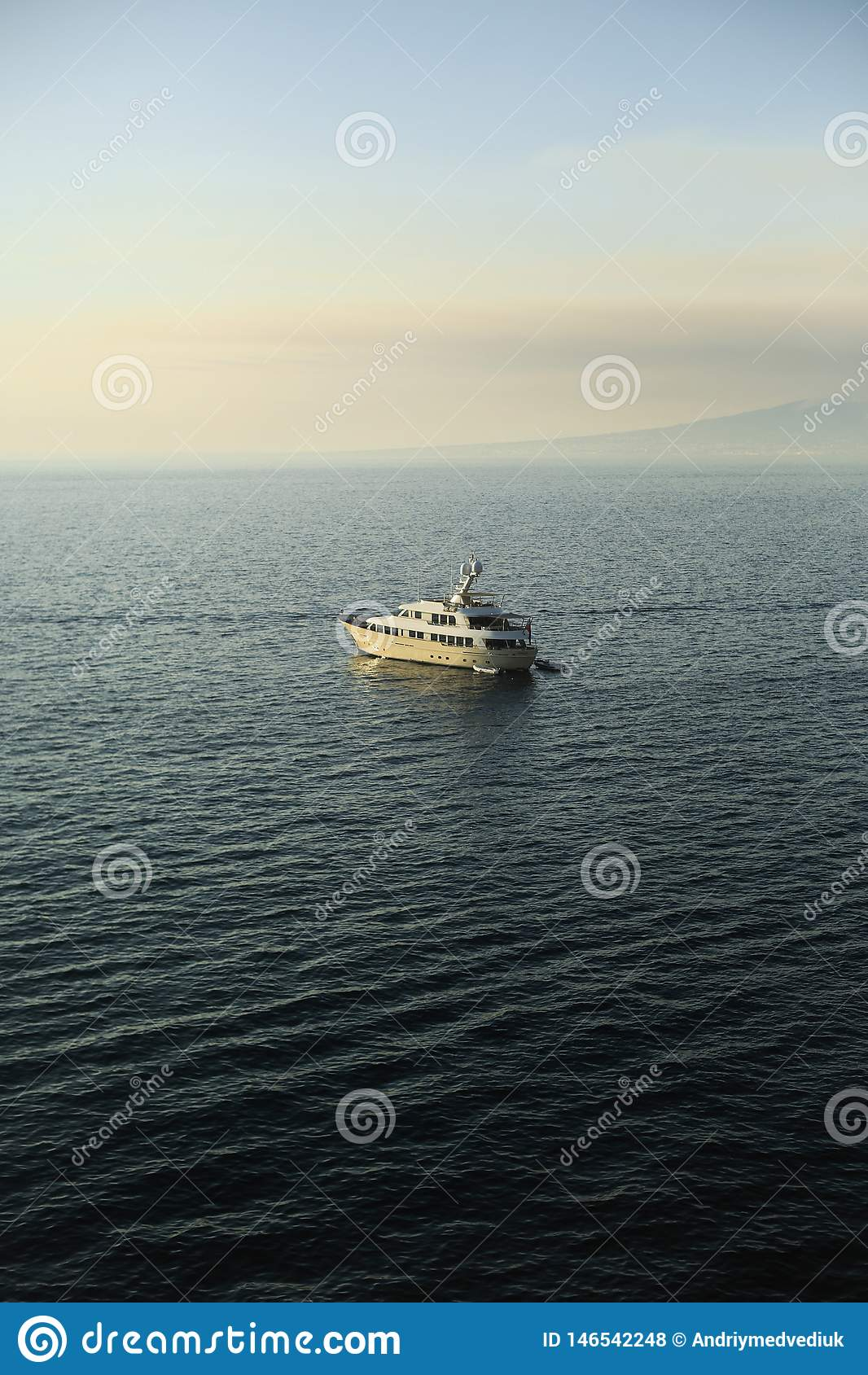 Barco en el mar, monta?a en el fondo del mar