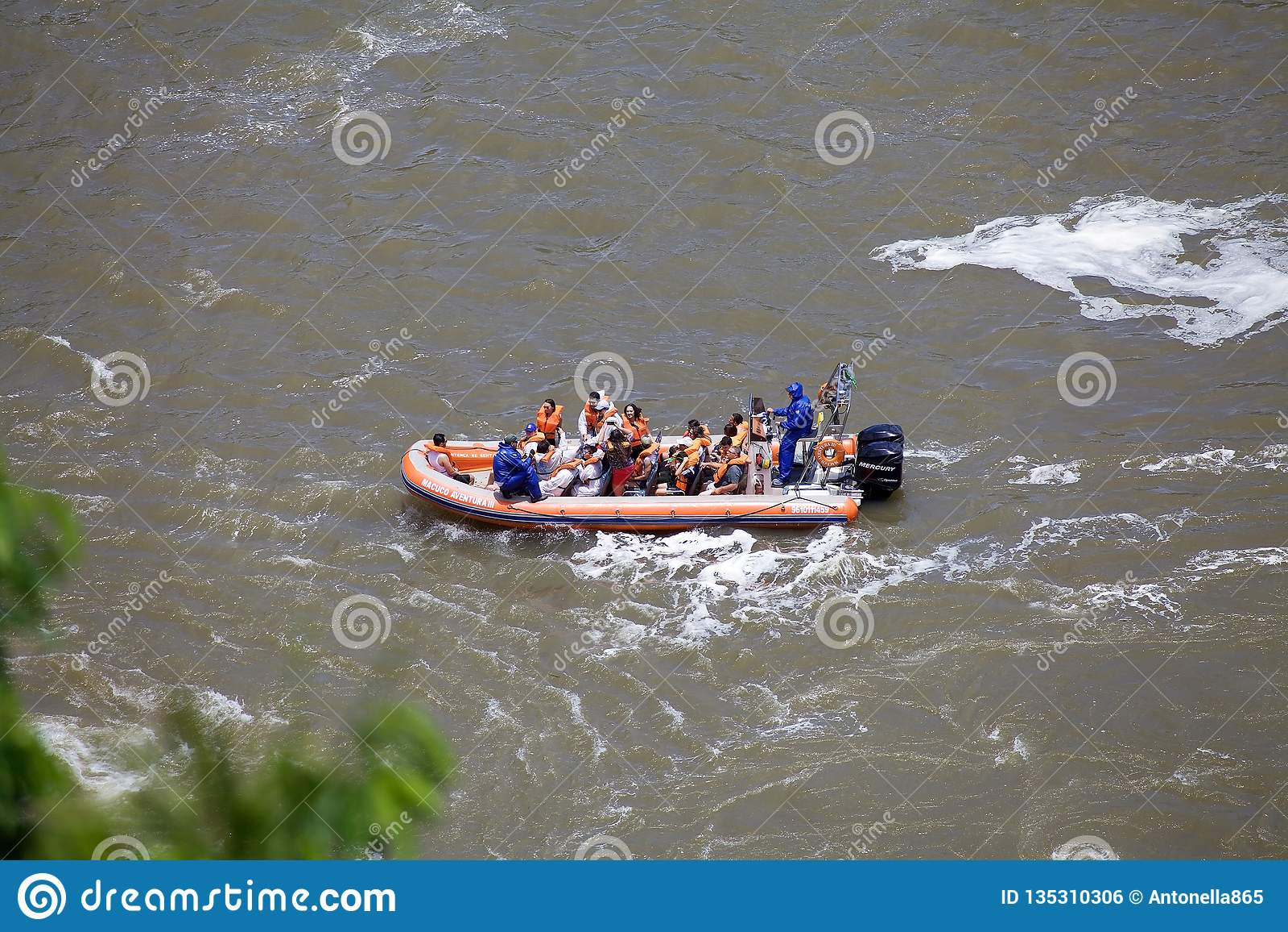Barco en el río de Iguazu en las cataratas del Iguazú, visión de la velocidad desde el lado del Brasil