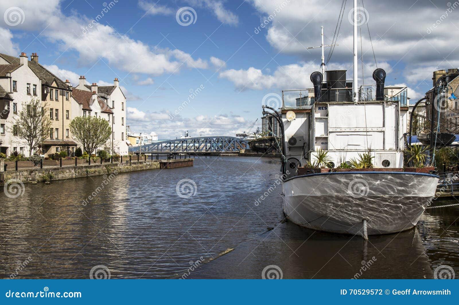 Barco en el río en Leith, Escocia