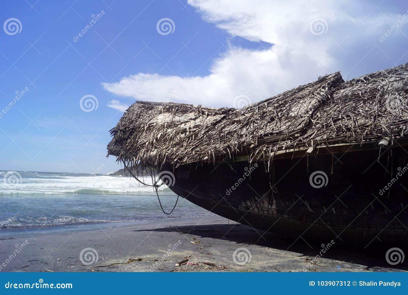 Barco en la playa del kovalam