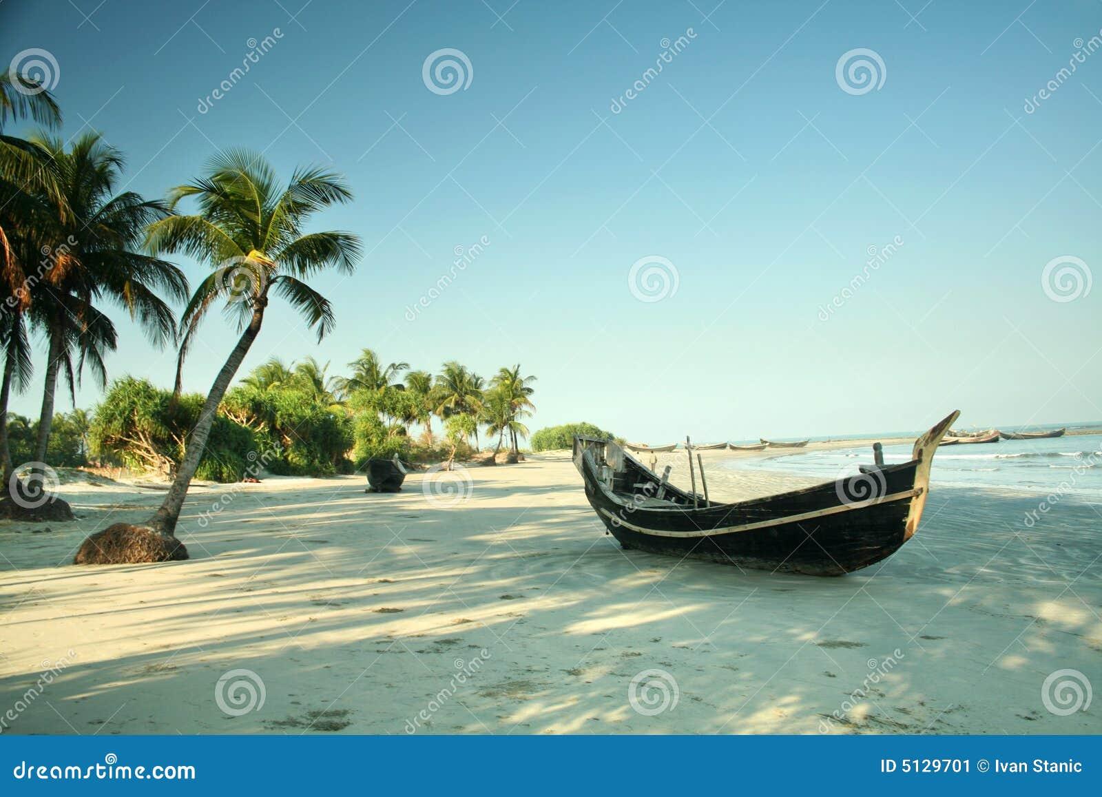 Barco en la playa tropical
