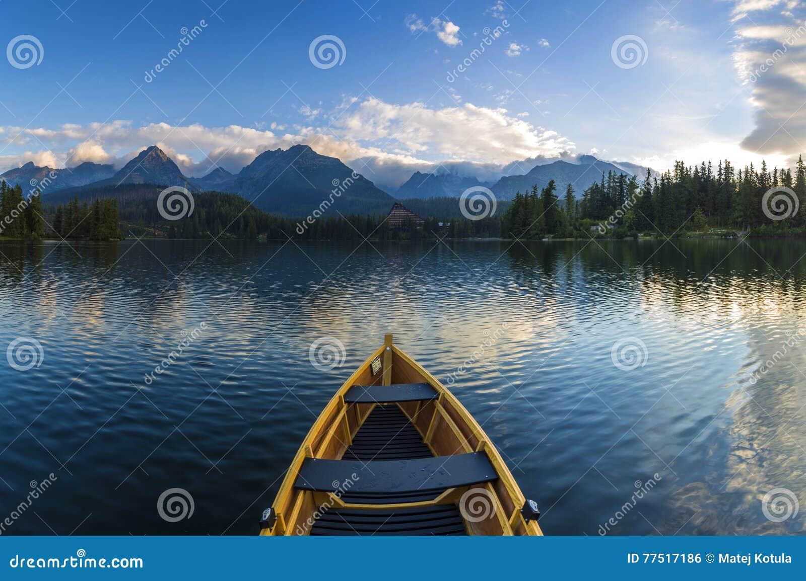 Barco en las montañas rodeadas muelle