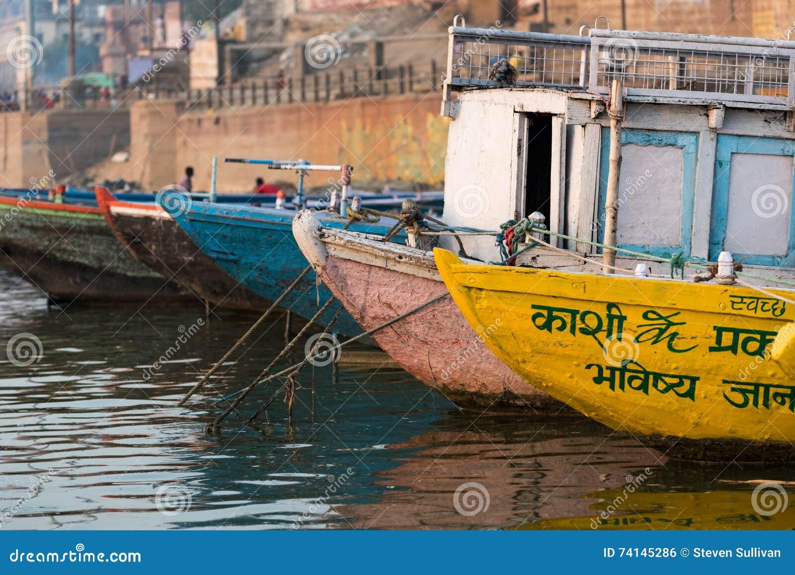 Barco entrado em Ghat em Varanasi, Índia