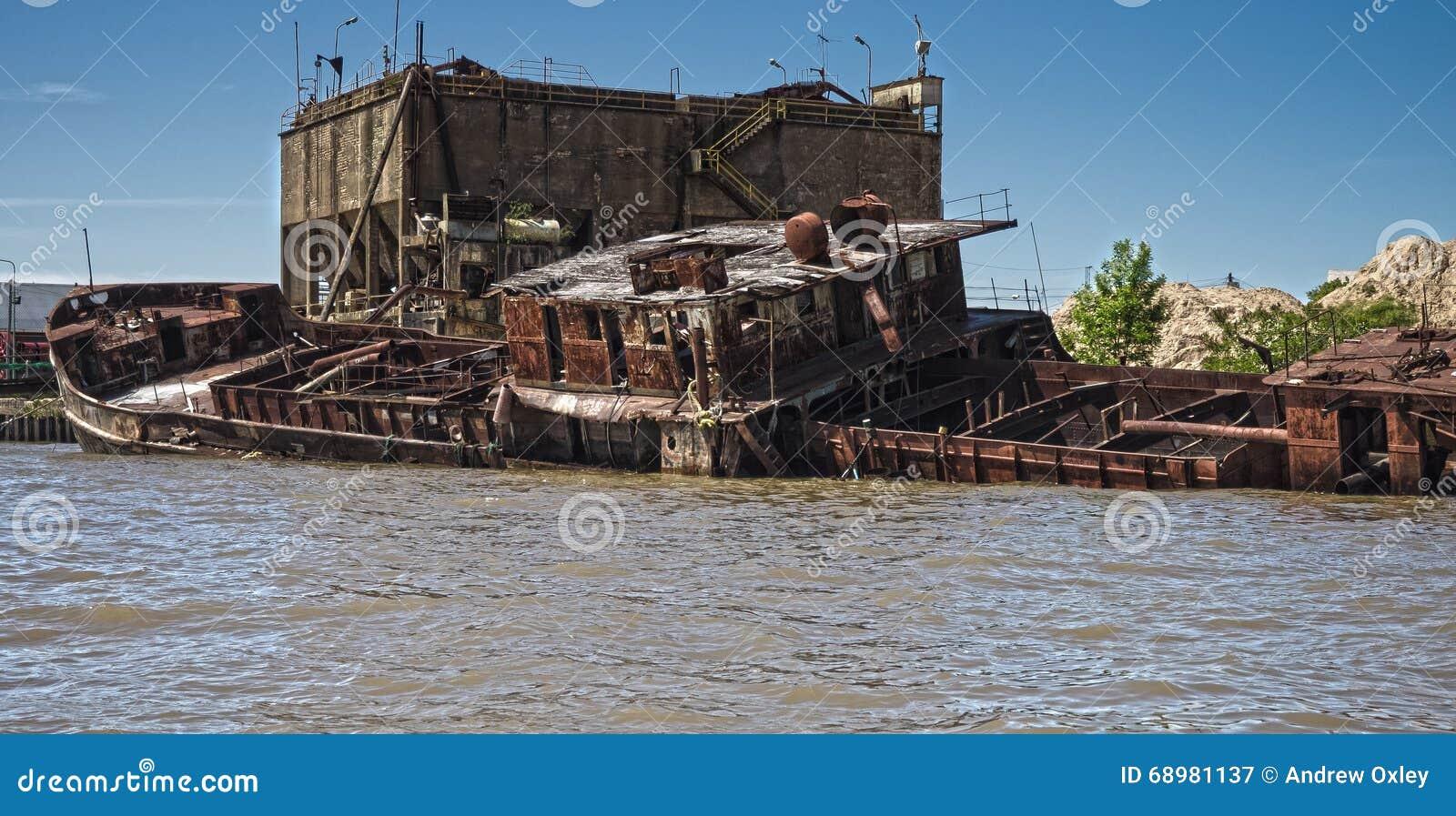 Barco hundido en el delta de la placa del río, la Argentina