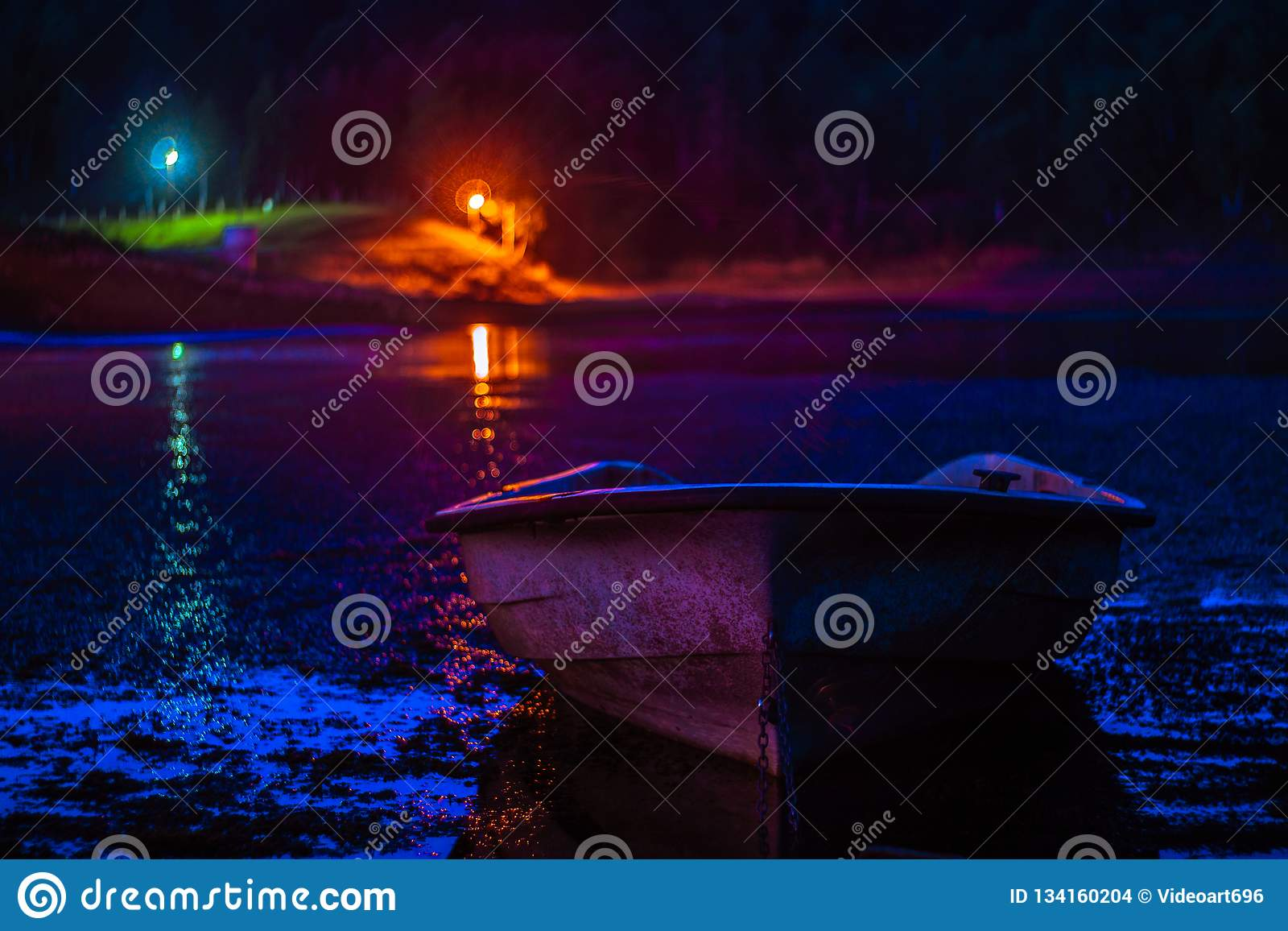 Barco iluminado por la luna