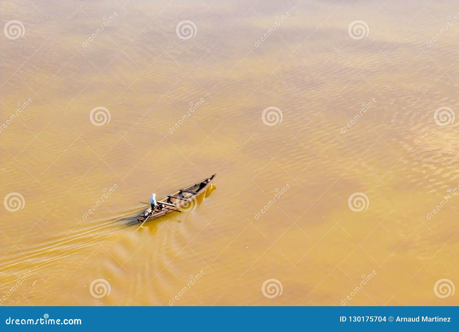 Barco local da vila do salvador durante a inundação em Kearala, Índia