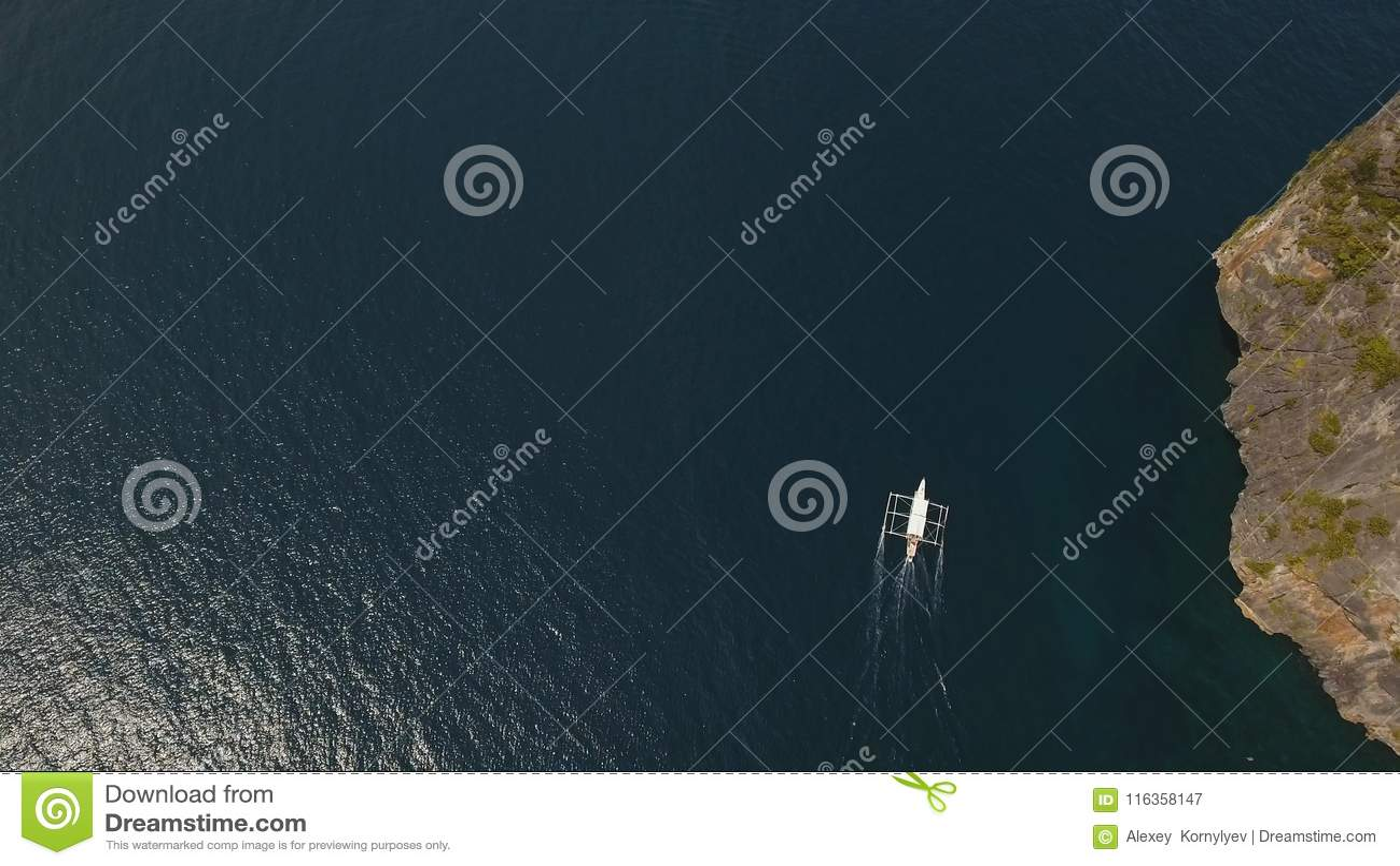 Barco a motor no mar, vista aérea
