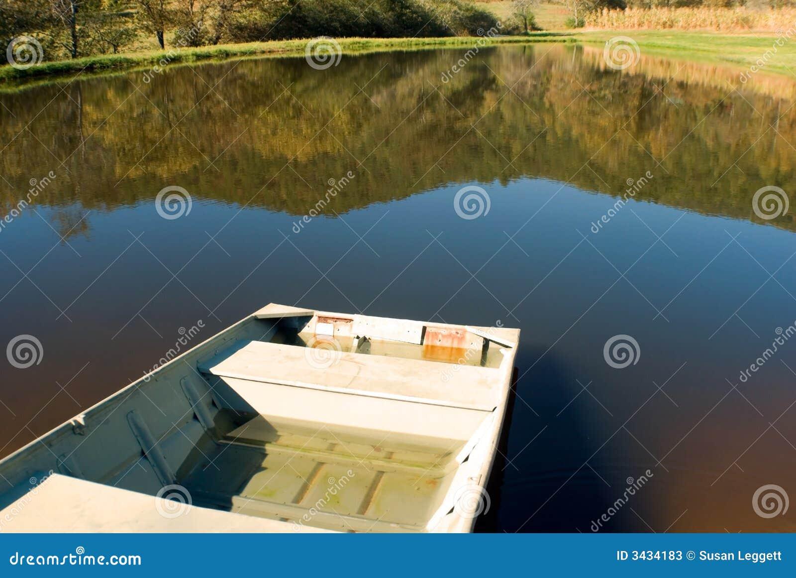 Barco na lagoa pequena