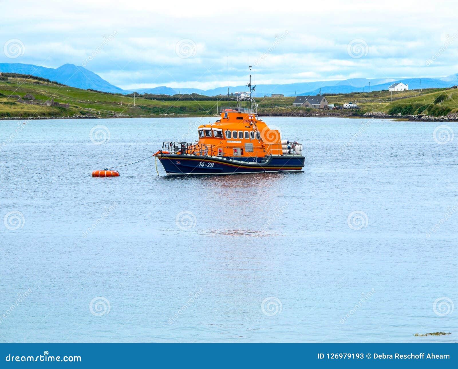 Barco nacional real de la institución del bote salvavidas en el sonido Mayo Ireland de Achill