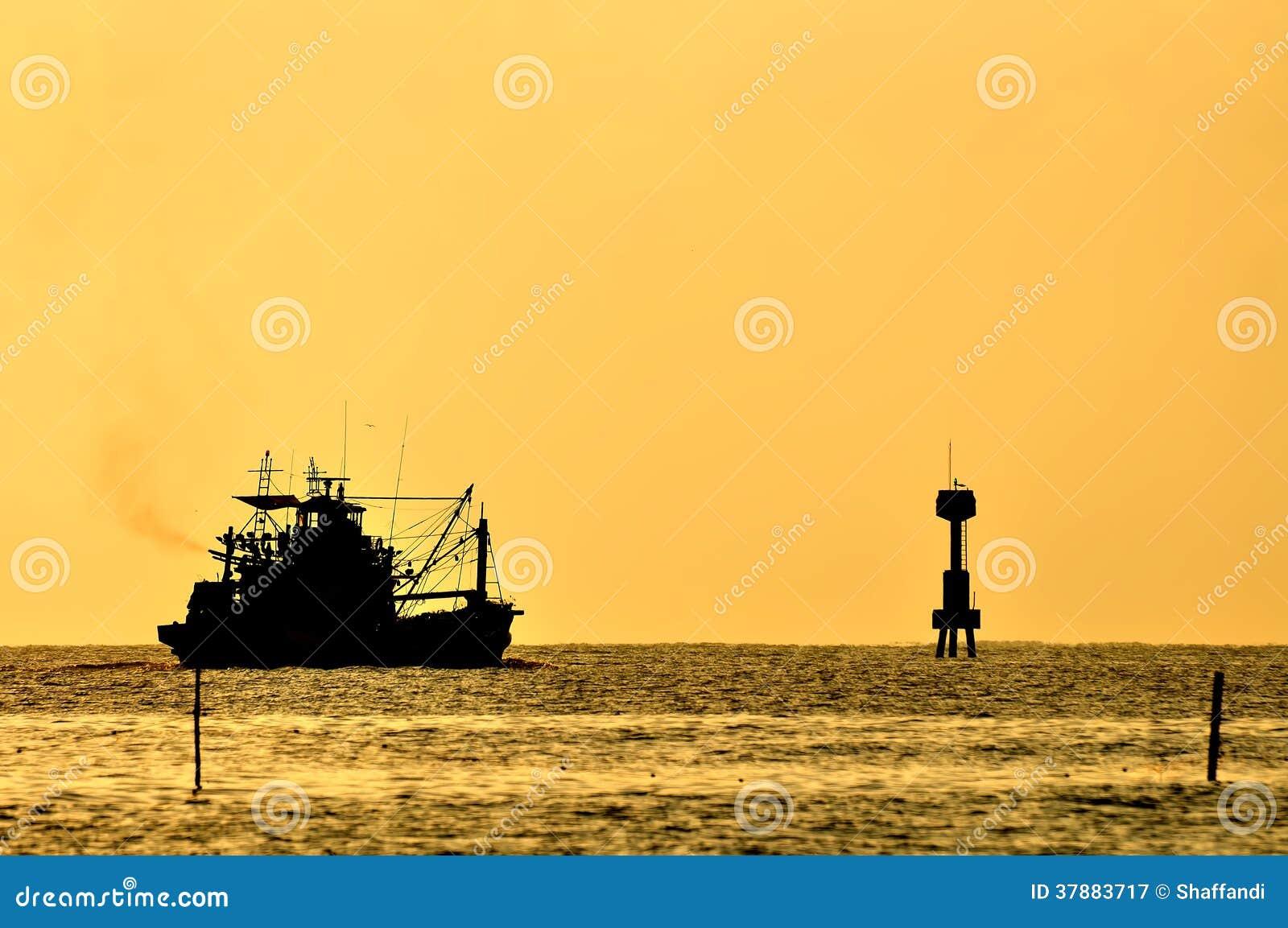 Barco no mar no por do sol