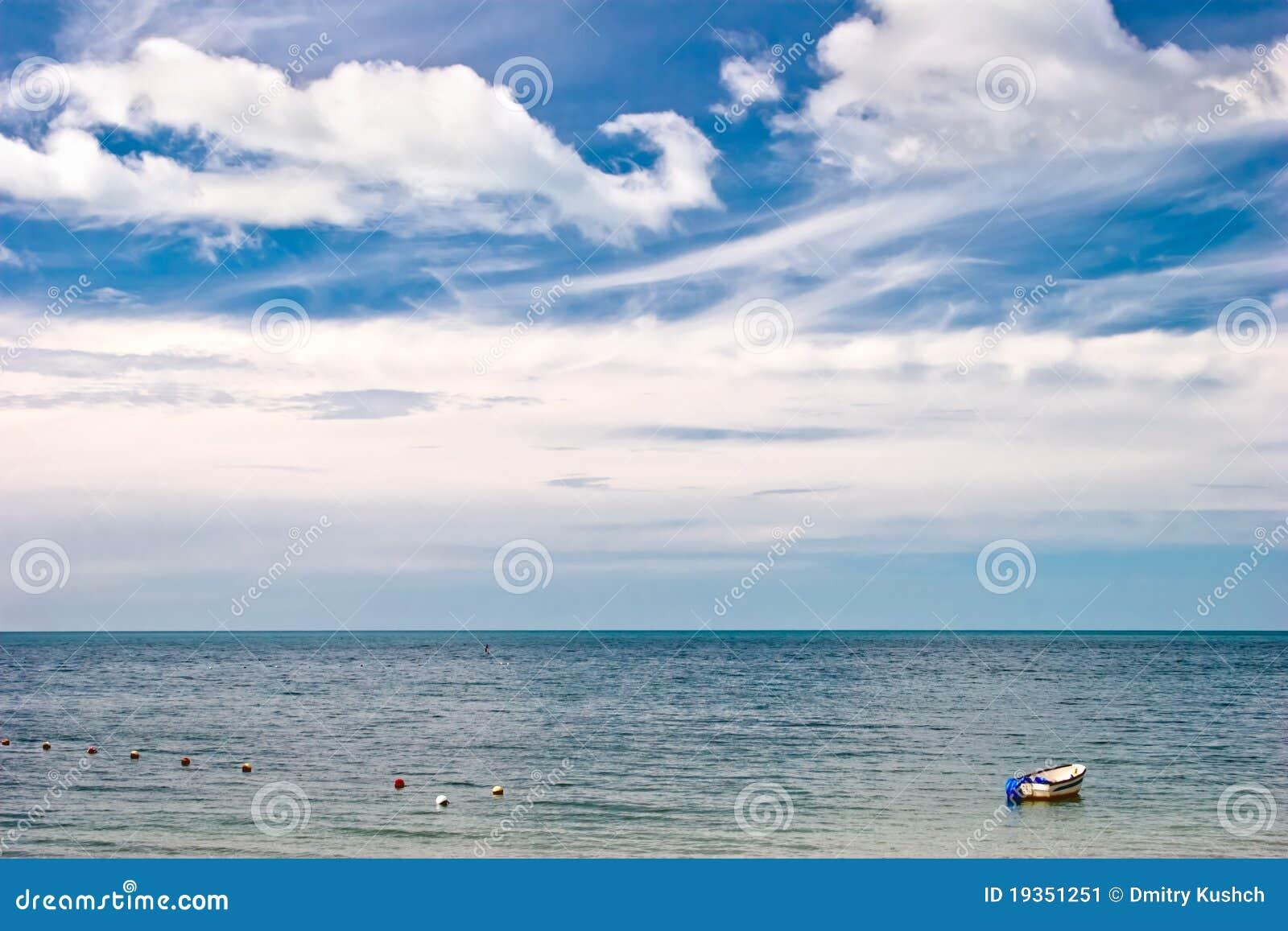 Barco no mar tropical