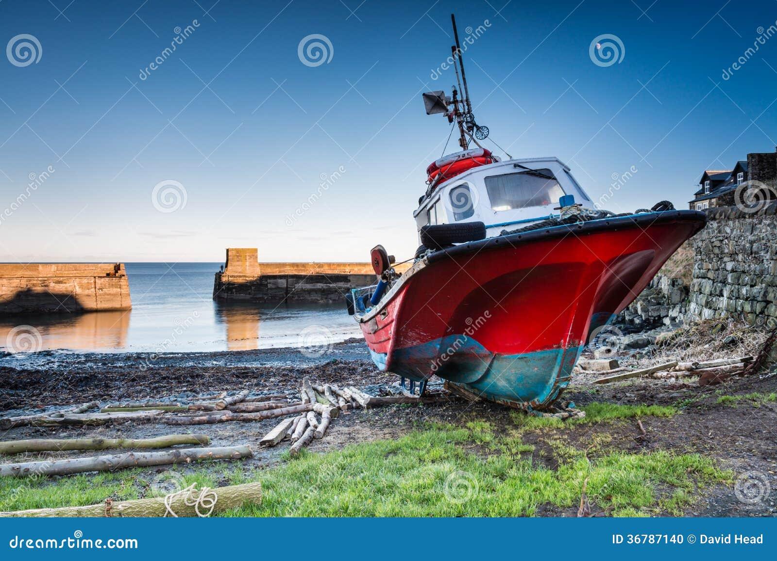 Barco no porto de Craster